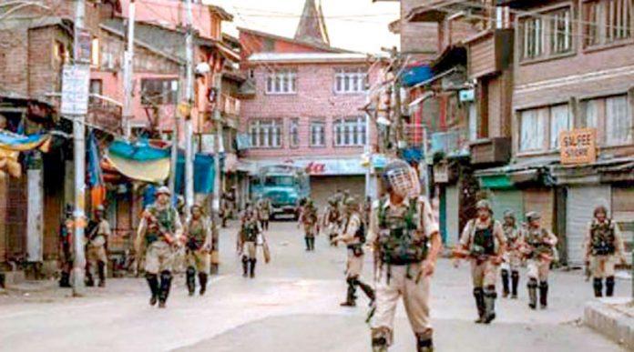 سری نگر: کرفیو کے 59ویں روز قابض بھارتی فوج کے اہلکار گشت کررہے ہیں