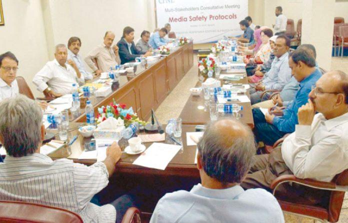 کراچی: سی پی این ای اور فریڈم نیٹ ورک کے زیر اہتمام میڈیا سیفٹی پروٹوکولز کے موضوع پر منعقدہ مشاورتی اجلاس کامنظر