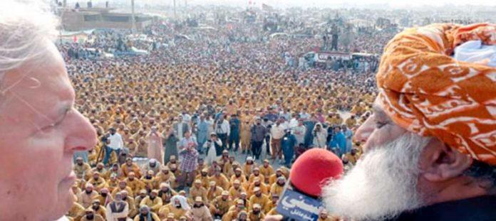 جے یو آئی (ف) کے سربراہ مولانا فضل الرحمان ملتان میں آزادی مارچ کے شرکا سے خطاب کررہے ہیں