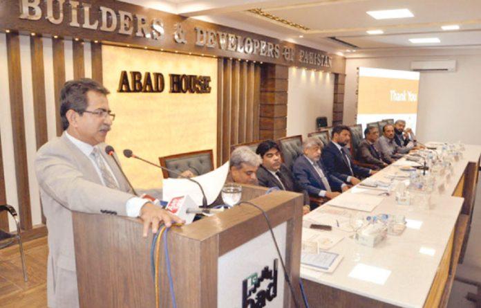 کراچی: سیکرٹری لوکل گورنمنٹ سندھ روشن شیخ 'آباد' کی تقریب سے خطاب کررہے ہیں