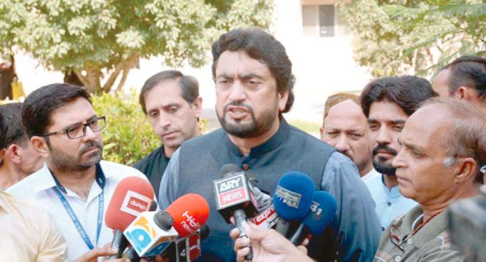 فیصل آباد: وفاقی وزیر شہریار خان میڈیا سے گفتگو کررہے ہیں