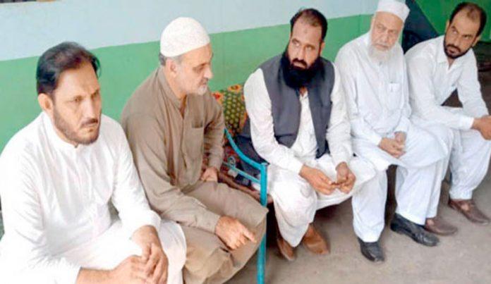 امیر جماعت اسلامی کراچی حافظ نعیم الرحمن ڈبلیو ایف اواہلکاروں کی فائرنگ سے جاںبحق ٹرک ڈرائیوروں کے اہل خانہ سے تعزیت کررہے ہیں'عبدالرزاق اور محمد اسحق خان بھی موجودہ ہیں
