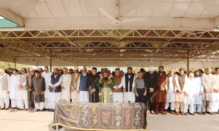 راولپنڈی: سابق ڈی جی آئی ایس آئی مرحوم حمید گل کی اہلیہ کی نماز جنازہ ادا کی جارہی ہے