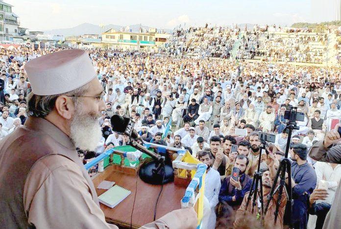 راولاکوٹ: امیر جماعت اسلامی پاکستان سینیٹر سراج الحق عز م جہاد کشمیر کانفرنس سے خطاب کررہے ہیں
