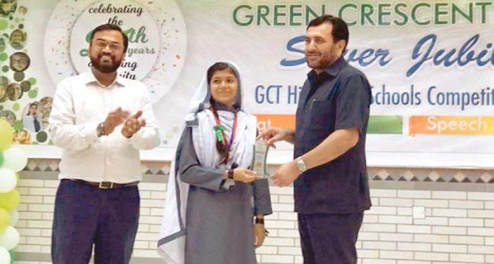 کراچی: گرین کریسنٹ ٹرسٹ کے سی ای او زاہد سعید جی سی ٹی ہلال اسکول کی گولڈن جوبلی تقریب کے سلسلے میں کراچی چیپٹر کے مقابلوں میں پوزیشن حاصل کرنے والی طالبہ کو انعام دے رہے ہیں