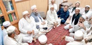 خیبر ایجنسی: وزیرمذہبی امور پیر نورالحق قادری قبائلی عمائدین کے مسائل سن رہے ہیں