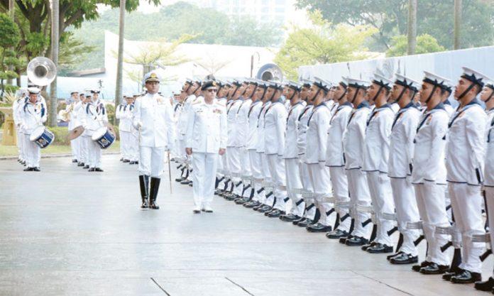 ملائیشیا: پاک بحریہ کے سربراہ ظفر محمود عباسی گارڈ آف آنر کا معائنہ کررہے ہیں
