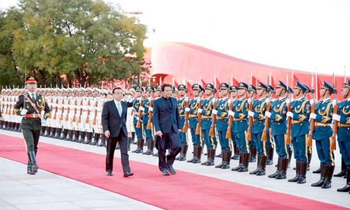 بیجنگ: وزیراعظم عمران خان چین آمد پر گارڈ آف آنر کا معائنہ کررہے ہیں