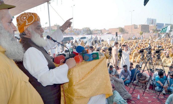 پشاور: جے یو آئی کے سربراہ مولانا فضل الرحمن ورکرز کنونشن سے خطاب کررہے ہیں