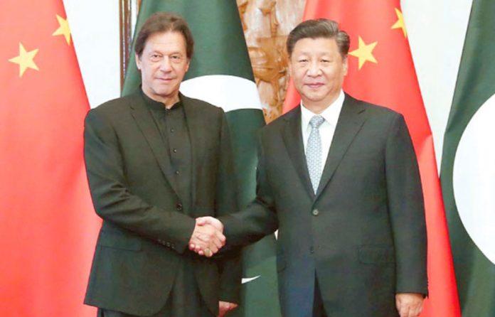 بیجنگ: وزیراعظم عمران خان اور چینی صدر ملاقات کے دوران مصافحہ کررہے ہیں