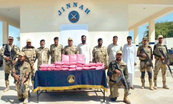 کراچی: کوسٹ گارڈ کی کارروائی میں پکڑی جانے والی منشیات میڈیا کو دکھائی جا رہی ہے