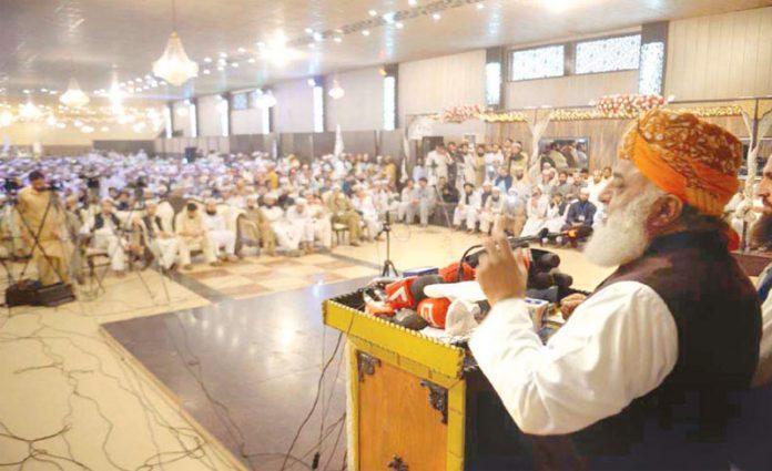 پشاور: جے یو آئی (ف) کے سربراہ مولانا فضل الرحمن جمعیت طلبہ اسلام کے گولڈن جوبلی سیمینارسے خطاب کررہے ہیں