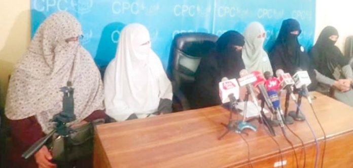 مظفر آباد: جماعت اسلامی آزاد جموں و کشمیر خواتین ونگ کی چیئرمین پرسن شمیم حنیف پریس کانفرنس کررہی ہیں