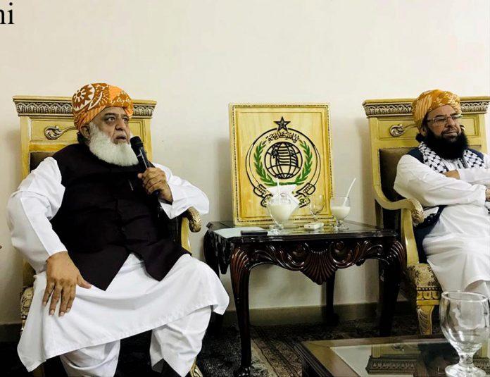 اسلام آباد: جے یو آئی (ف) کے سربراہ مولانا فضل الرحمن میڈیا سے گفتگو کررہے ہیں
