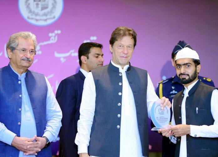 اسلام آباد: وزیراعظم عمران خان دینی مدرسے کے ہونہار طالبعلم کو شیلڈپیش کررہے ہیں