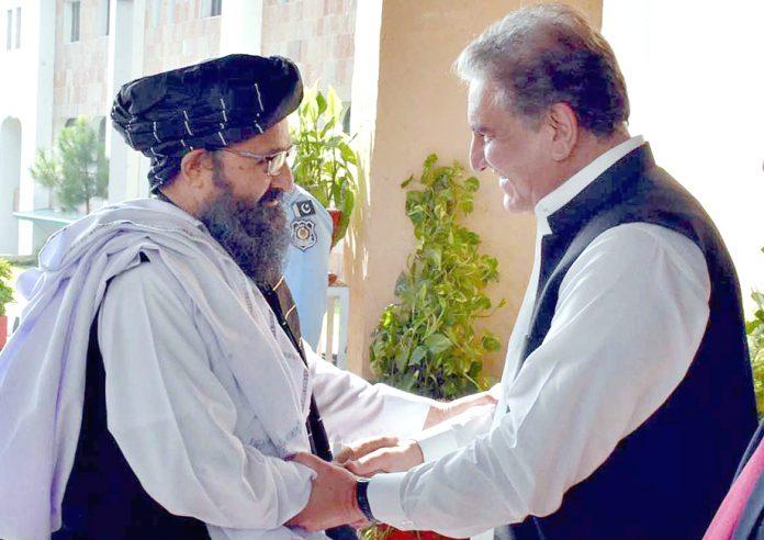 اسلام آباد: وزیرخارجہ شاہ محمود قریشی افغان طالبان وفد کی سربراہی کرنیوالے ملاعبدالغنی برادر سے مصافحہ کررہے ہیں
