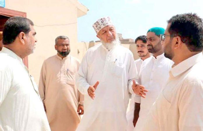 شہداد کوٹ: جماعت اسلامی سندھ کے امیر محمد حسین محنتی الخدمت سینٹر کے دورے کے موقع پر ذمے داران کیساتھ گفتگو کررہے ہیں