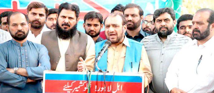 لاہور: جماعت اسلامی کے سیکرٹری جنرل امیر العظیم میڈیا کے نمائندوں سے گفتگو کررہے ہیں، محمد جاوید قصوری، ذکر اللہ مجاہد، قیصر شریف و دیگر موجود ہیں