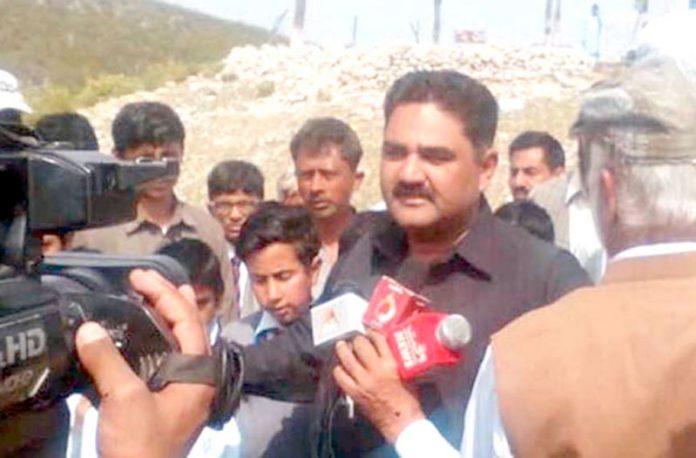 میرپور: سماجی کارکن سعد احمد جنجوعہ زلزلہ متاثرین میں امدادی سامان کی تقسیم کے بعد میڈیا سے گفتگو کررہے ہیں