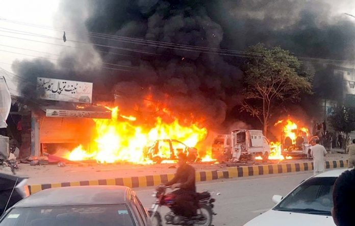کوئٹہ: ڈبل روڈ پر دھماکے بعدپولیس موبائل اور گاڑیوںسے شعلے اٹھ رہے ہیں