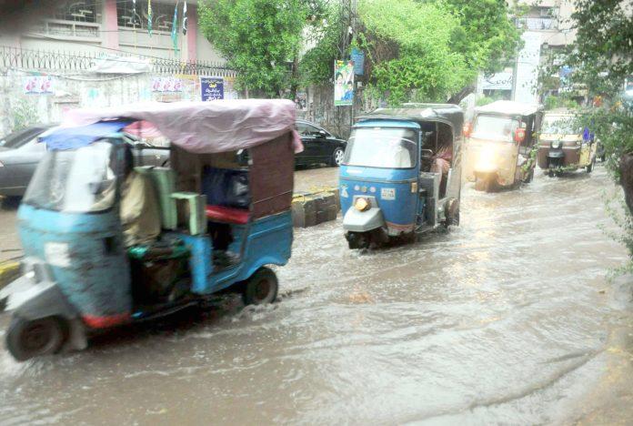 حیدرآبادمیںفراہمی آب کے ناقص نظام کے باعث بارش کا پانی سڑک پر جمع ہے