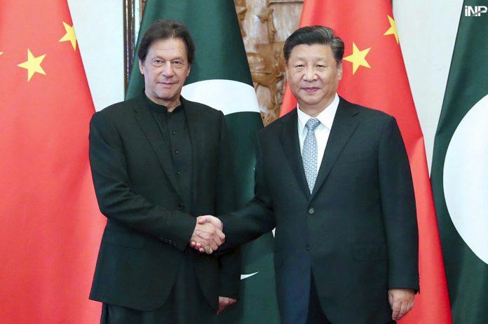 بیجنگ: وزیراعظم پاکستان عمران خان اور چینی صدر شی جن پنگ ملاقات کے دوران مصافحہ کررہے ہیں