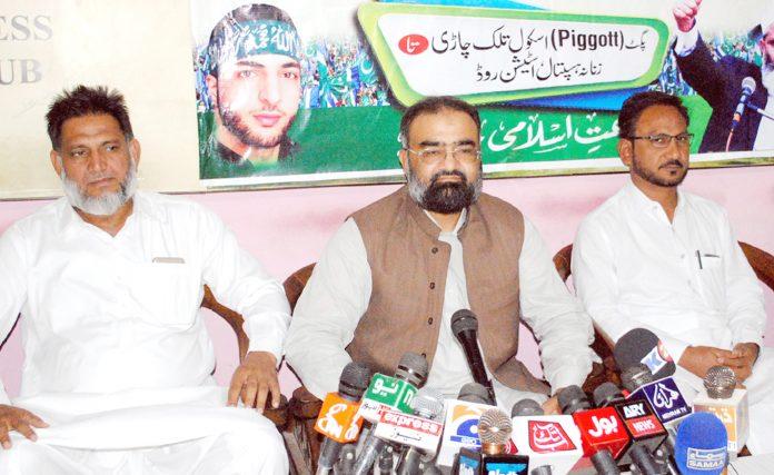 حیدرآباد:امیر جماعت اسلامی حیدرآباد حافظ طاہر مجید کشمیر مارچ کے حوالے سے پریس کانفرنس کررہے ہیں