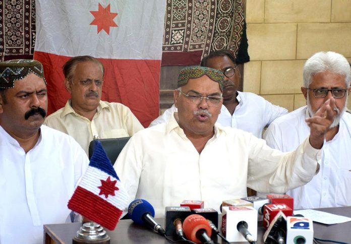 حیدرآباد: سندھ ترقی پسند پارٹی کے چیئرمین قادر مگسی پریس کانفرنس کررہے ہیں