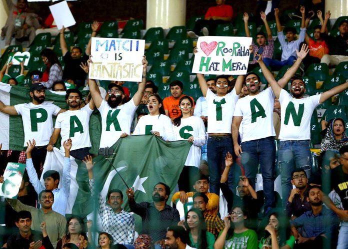 لاہور:شائقین کرکٹ قذافی اسٹیڈیم میں پاک سری لنکا میچ کے دوران پلے کارڈ اٹھائے پرجوش انداز میں نعرے لگارہے ہیں