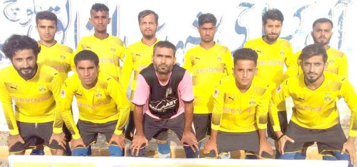 عبدالخالق بلوچ شہید فٹبال ٹورنامنٹ میں شریک ٹیم کا میچ سے قبل گروپ فوٹو