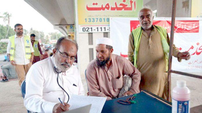 الخدمت کی جانب سے ٹیپو سلطان کالونی میں منعقدہ مفت طبی کیمپ میںڈاکٹرمریضوں کا معائنہ کر رہے ہیں