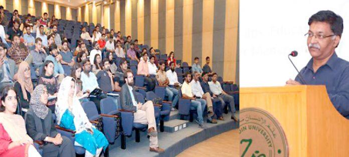 الخدمت کراچی کے ڈائریکٹر سروسز قاضی سید صدرالدین ضیاالدین یونیورسٹی میں سیمینار سے خطاب کر رہے ہیں