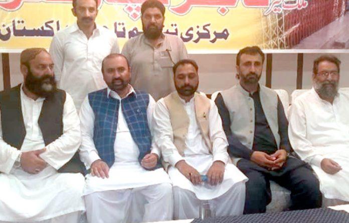 انجمن تاجران ضلع باغ کے عہدیداران ہڑتال کے حق میں خطاب کررہے ہیں
