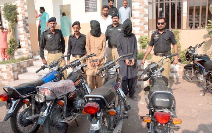 حیدر آباد : لطیف آباد کے تھانے میں پکڑے گئے ملزمان اور برآمد کی گئی موٹر سائیکلیں پولیس کی تحویل میں