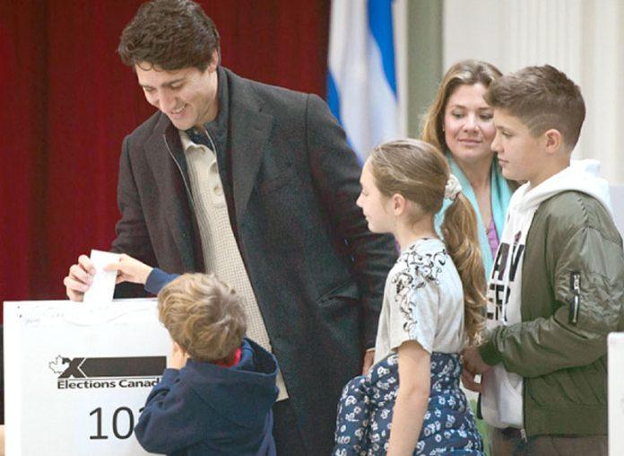 کینیڈا: وزیراعظم جسٹن ٹروڈو انتخابات کے دوران ووٹ ڈال رہے ہیں