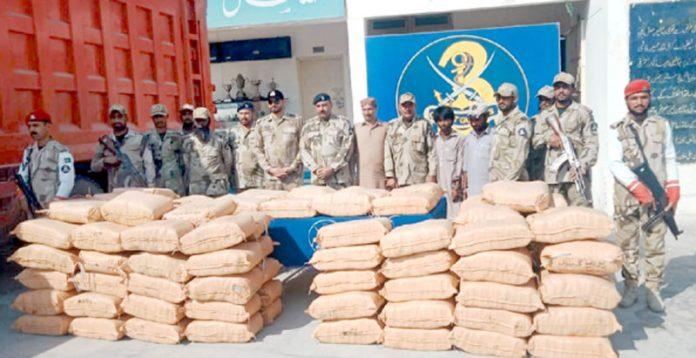 پاکستان کوسٹ گارڈ کی کارروائی میں پکڑے جانے والے ملزمان اور برآمد منشیات میڈیا کو دکھایا جا رہا ہے