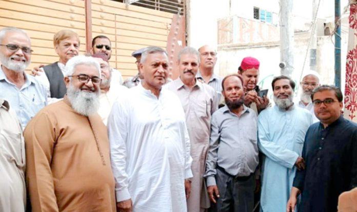 جسٹس آف پیس ضلع کورنگی رئیس احمد ایڈووکیٹ کی جانب سے اپنی رہائش گاہ پر دی جانے والی دعوت حلیم پارٹی میں رئیس احمد خان ایڈووکیٹ کا سندھ ہائی کورٹ بار کے صدر محمد عاقل ودیگر کے ساتھ گروپ فوٹو