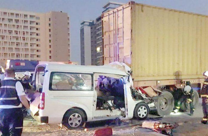 دبئی: منی بس کنٹینر میں گھس کر تباہ ہوگئی ہے' فائربریگیڈ امدادی کارروائیوں میں مصروف ہے