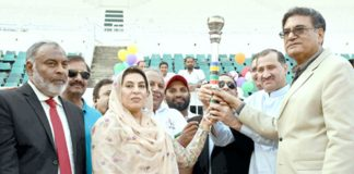 اسلام آباد: وفاقی وزیر بین الصوبائی رابطہ ڈاکٹر فہمیدہ مرزا ،سابق انٹرنیشنل چیمپئن اسکواش پلیئر جان شیر خان اور دیگر 33ویں قومی گیمز کی مشعل تھامے ہوئے ہیں