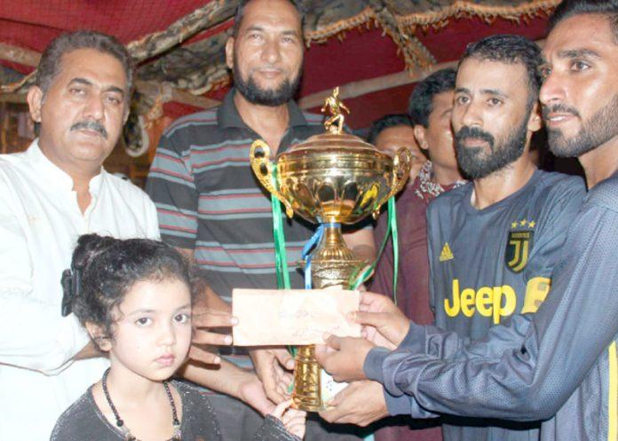 شعیب ہنگورہ فٹبال ٹورنامنٹ ،چیئرمین ڈی ایم سی سائوتھ ملک فیاض اعوان بلے جی کلب کو ٹرافی دیتے ہوئے