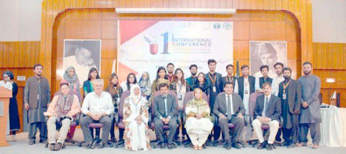\جامعہ ہمدرد:دواسازی سے متعلق کانفرنس میں سعدیہ راشد کاپروفیسر ہشام السعیدی کے ساتھ گروپ فوٹو