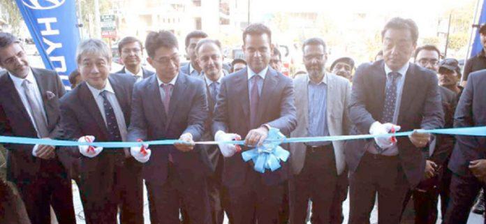 ہنڈائی نشاط مو ٹرکے ڈیجیٹل شو روم کا افتتاح کیا جا رہا ہے