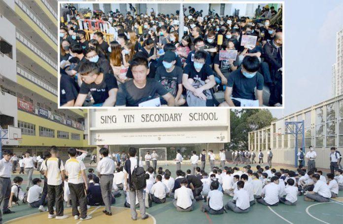 ہانگ کانگ: پولیس کی گولی کا نشانہ بننے والے لڑکے سے اظہارِ یکجہتی کے لیے سیکڑوں مظاہرین اسکول کے باہر جمع ہیں