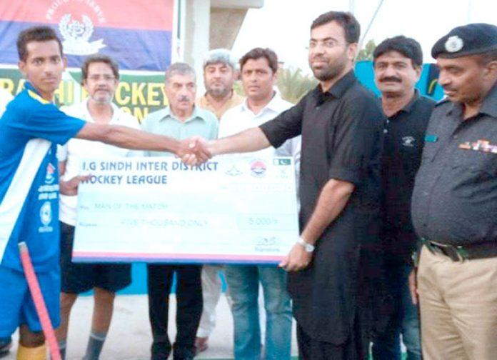 آئی جی سندھ انٹر ڈسٹرکٹ ہاکی لیگ میں مہمان خصوصی کھلاڑی کو مین آف دی میچ ایوارڈ یتے ہوئے