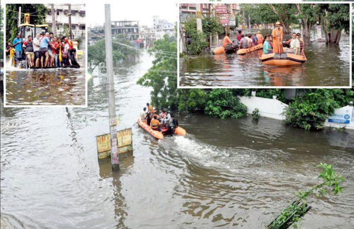 بھارت: سیلاب میں پھنسے شہریوں کو کشتیوں اور ٹریکٹر کی مدد سے نکالا جارہا ہے
