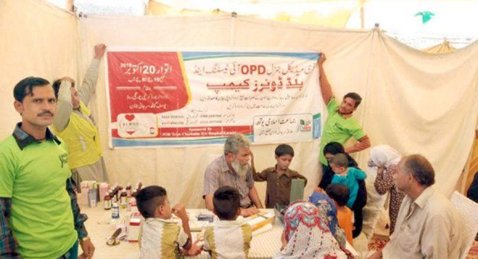 جماعت اسلامی ضلع شمالی کے تحت سرجانی ٹاؤن میں مفت آئی کیمپ، ڈاکٹر مریضوں کا معائنہ کر رہے ہیں