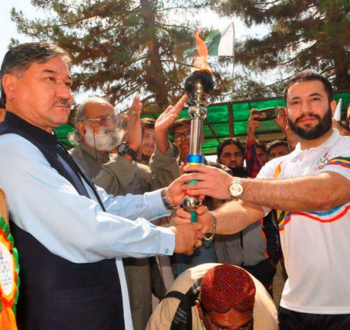 کوئٹہ:بائی مشیر کھیل و ثقافت عبدالخالق ہزارہ 33ویں قومی گیمز کی مشعل کو تھامے ہوئے ہیں