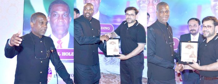 کراچی : آئی جی سندھ ڈاکٹر کلیم امام ویسٹ انڈیز کے مایہ ناز سابق فاسٹ بولرمائیکل ہولڈنگ کمینٹیٹر اور فری لانس کرکٹر بیری ولکنسن کو سوینئر پیش کررہے ہیں ،آخری تصویر میں اپنے اعزاز میں دیے گئے اعشائیے سے مائیکل ہولڈنگ خطاب کررہے ہیں