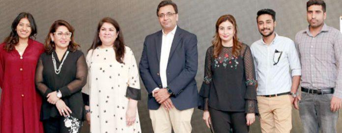 فرسٹ مائیکرو فنانس بینک اور سعیدہ مانڈوی والا،ٹونی اینڈ گائے کے مابین معاہدے کے موقع پر گروپ