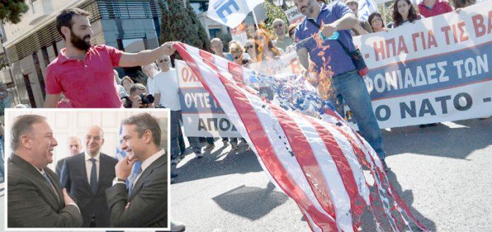 ایتھنز: وزیر خارجہ مائیک پومپیو کی آمد پر یونانی شہری امریکی پرچم نذرِآتش کررہے ہیں' چھوٹی تصویر وزیراعظم مٹسو ٹاکیس سے ملاقات کی ہے